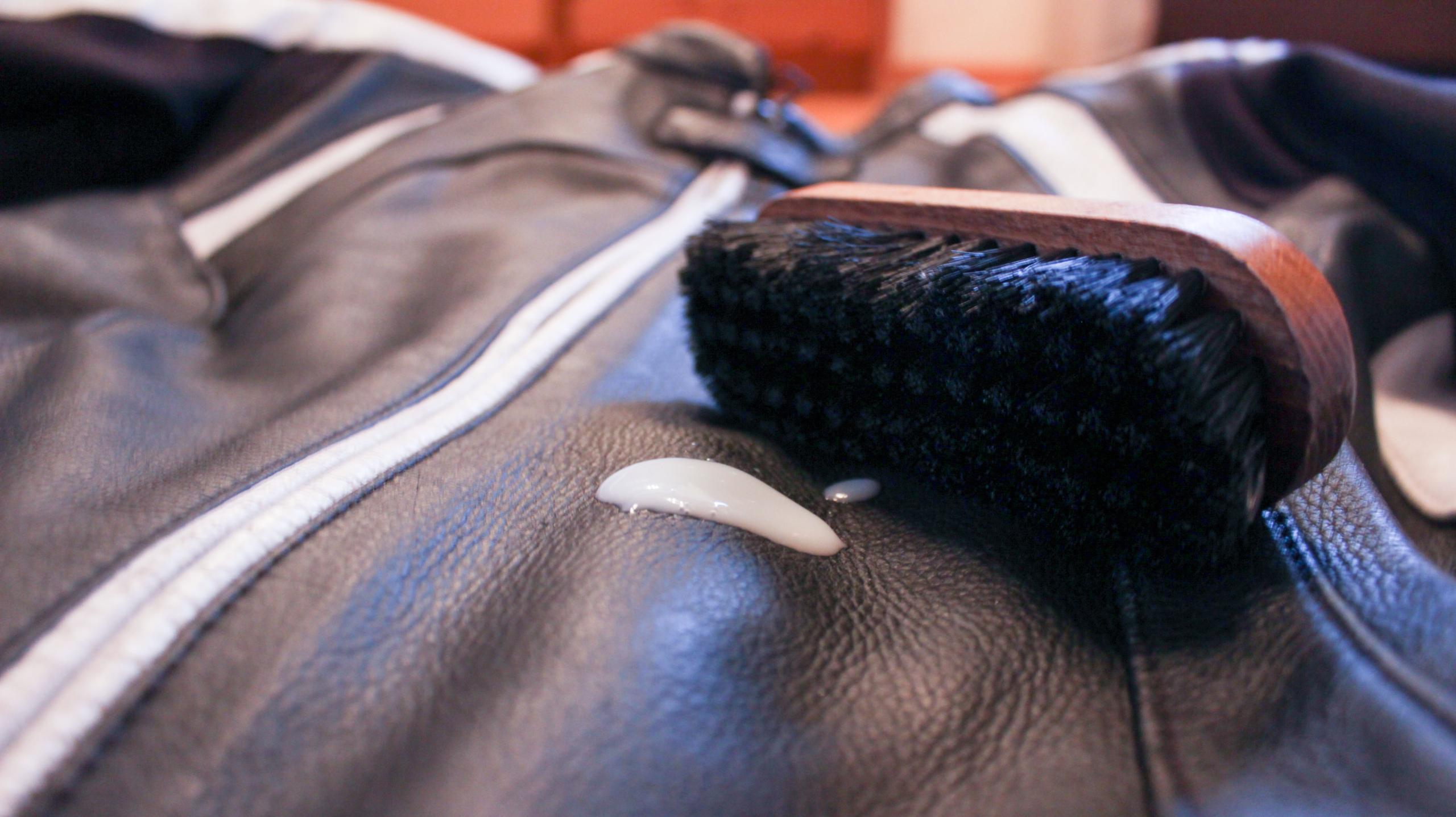 Schutzkleidung in Schuss halten Lederpflege mit Bürste