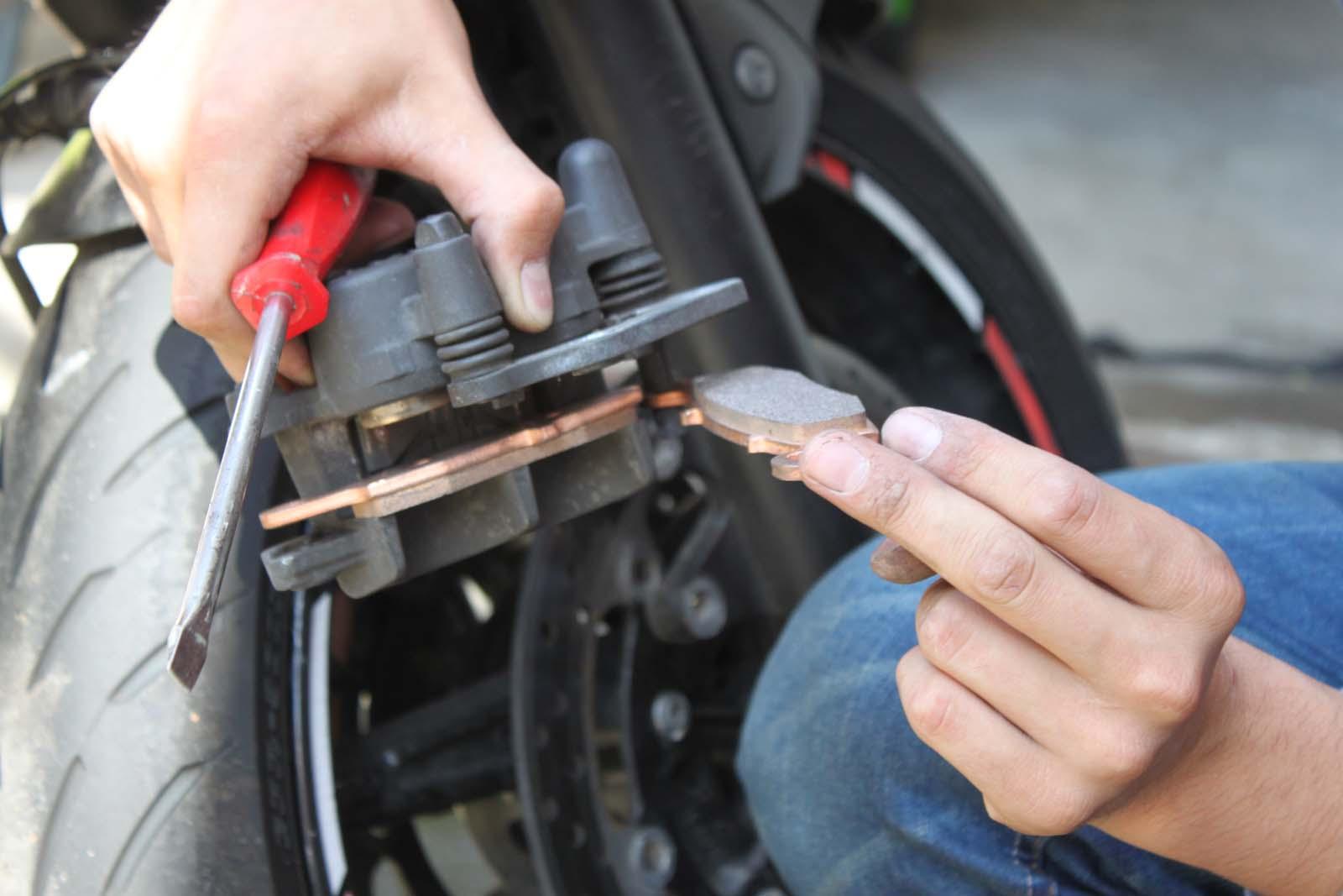 Motorrad Bremsbeläge wechseln | Suzuki SV 650 Caferacer